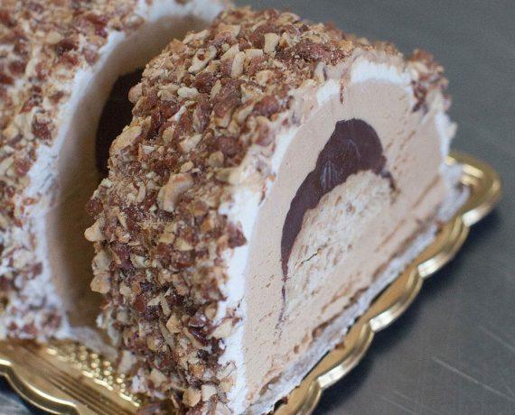Tronchetto Gelato alla Nocciola con cuore di Cioccolato ricoperto di Mandorle Caramellate
